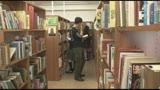 図書館で勉強していた真面目女子校生の股間に媚薬を塗りつけ、失禁するまでイカせまくる/